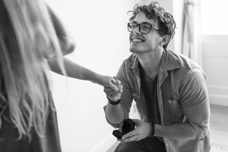 Man proposing to his girlfriend Foto de archivo