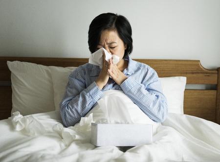 Una mujer que sufre de frío Foto de archivo - 95112160