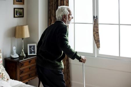 Ein älterer indischer Mann am Altersheim Standard-Bild - 95598111