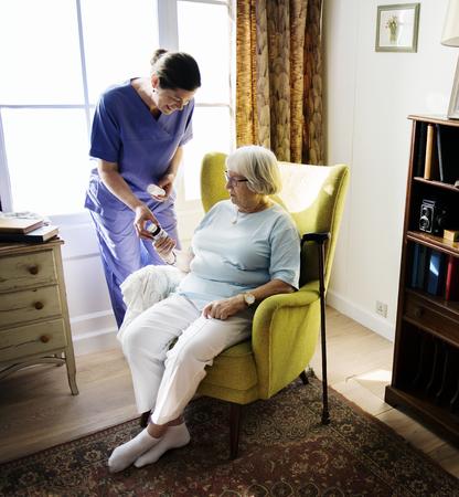 Krankenschwester kümmert sich um eine ältere Frau Standard-Bild - 95112633