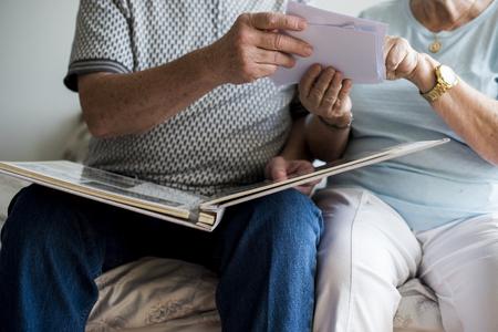Senior Paar Blick auf Familienfoto Album Standard-Bild - 95112878