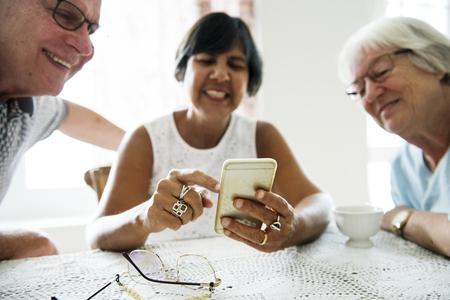 Gruppe verschiedene ältere Leute , die Handy verwenden Standard-Bild - 95180763