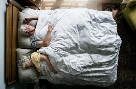 Ltere kaukasische Paare , die auf dem Bett schlafen Standard-Bild - 95182857
