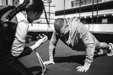Personnes exerçant au fitness gym