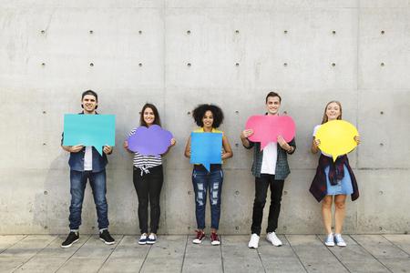 空のプラカードコピースペース思考泡を保持する屋外の若い大人のグループ 写真素材