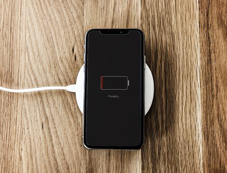Aufladen eines Smartphones mit niedrigem Akkuladestand