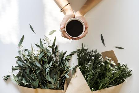 아침에 여자 음료 커피의 항공보기