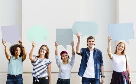 コピースペースのプラカードを掲げる若い大人の友人は泡を考えた 写真素材