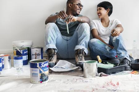Para maluje ścianę domu Zdjęcie Seryjne