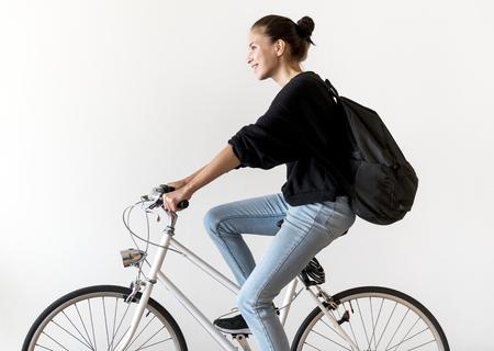 自転車に乗っている白人女性
