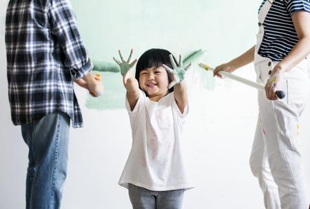 家を改装するアジアの家族