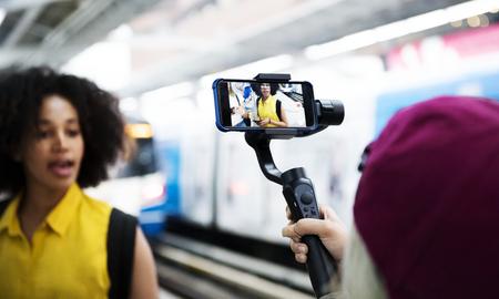 Młoda, dorosła kobieta, podróżowanie i vlogowanie koncepcja mediów społecznościowych Zdjęcie Seryjne