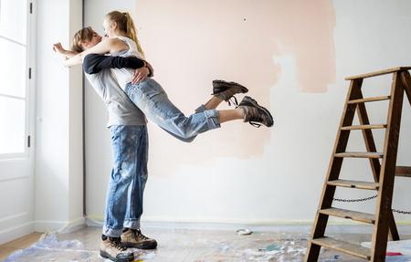 Leute, die das Haus renovieren Standard-Bild