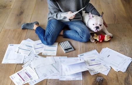 Woman managing the debt Stockfoto