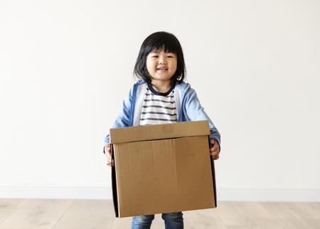 Asian kid helping move now house Standard-Bild - 96685074