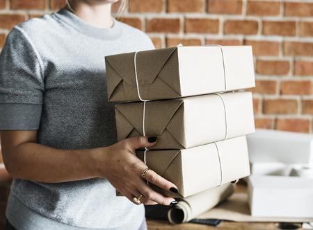 小包サービスで働く女性