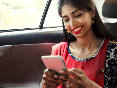 Indian woman using mobile phone Imagens