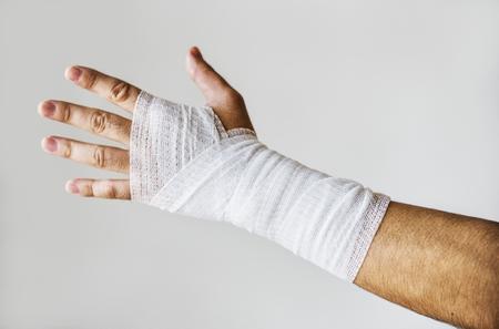 primer del brazo envuelto con la gasa médica