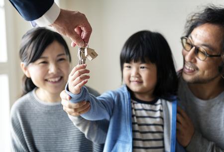 Asiatische Familie kaufen neues Haus Standard-Bild