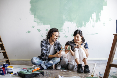 Asian family renovating the house Imagens - 97730814