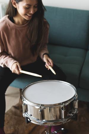 ドラムを演奏する白人女性 写真素材