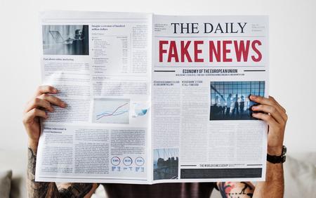 Fake news headline on a newspaper Banque d'images