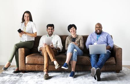 Werknemers die op laptop werken Stockfoto