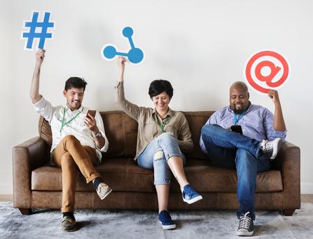 Verschiedene Arbeiter sitzen auf der Couch halten Standard-Bild - 98003489