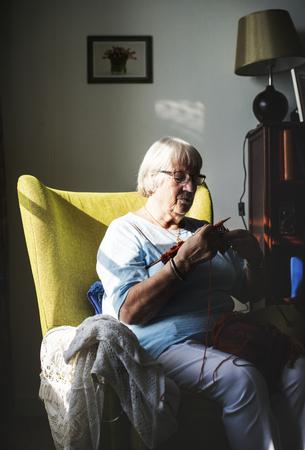 Ltere Frau , die für Hobby zu Hause strickt Standard-Bild - 98004973