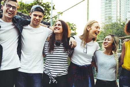 sonriendo adultos adultos jóvenes amigos de los adultos alrededor de la raza al aire libre del hombro y el concepto de conexión