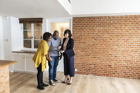 Schwarzes Paar kaufen neues Haus Standard-Bild
