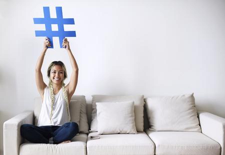 ハッシュタグサインソーシャルメディアのコンセプトを持つ笑顔の女性