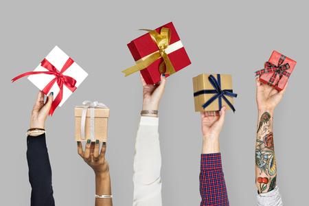mains de la diversité tenant des cadeaux Banque d'images