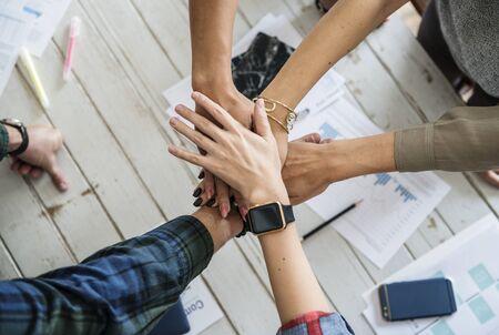 Handen stapelen ondersteunen elkaar Stockfoto