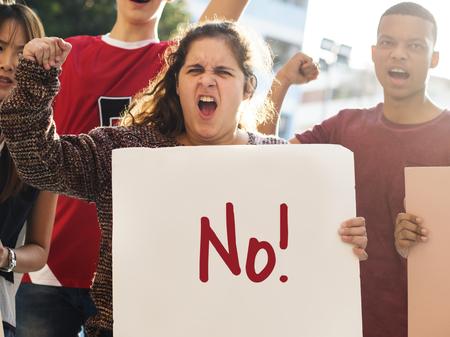 Primer plano de una chica adolescente enojada protestando con carteles contra la justicia pacifista concepto de paz Foto de archivo - 98823941