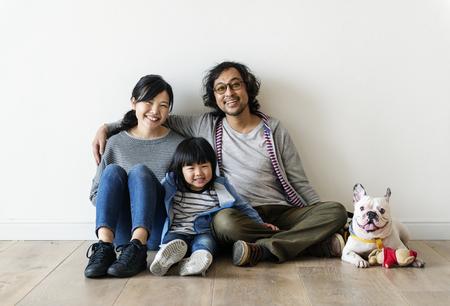 アジアの家族は新しい家を買う