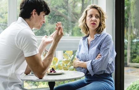 カフェで議論をするカップル 写真素材