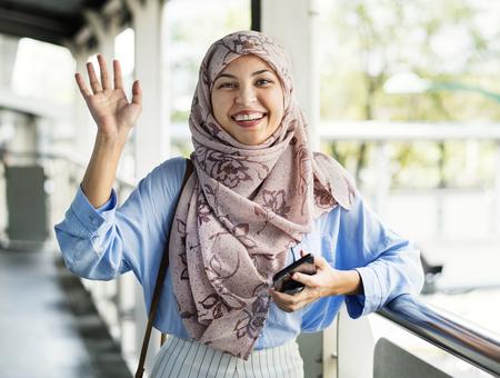 Piękna muzułmańska kobieta z gestem powitania