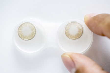 Closeup of colored contact lens in case 版權商用圖片