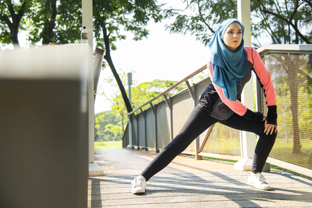 Muslim woman doing exercise outdoors Banque d'images