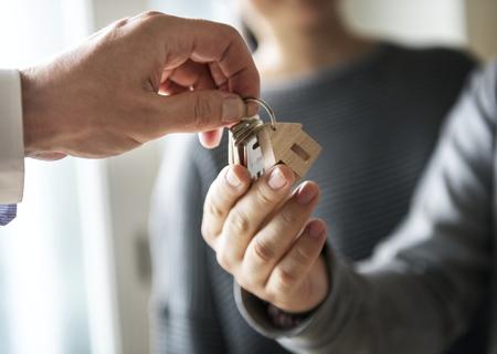 Aziatische familie koopt nieuw huis Stockfoto