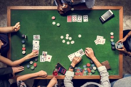 Antenne von Leuten, die Glücksspiel im Kasino spielen