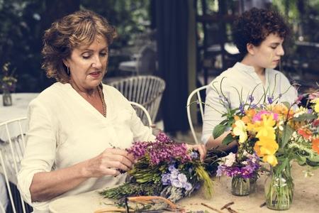 Women arranging flowers Stok Fotoğraf