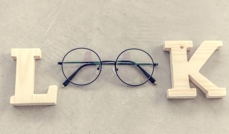 Look word with eyeglasses flatlay aerial view 版權商用圖片 - 100176074
