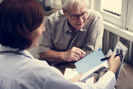An elderly patient meeting doctor at the hospital Imagens
