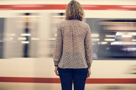 Rear view of a blond woman waiting at the train platform Banque d'images - 100101447