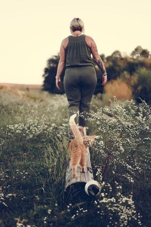 Chat suivant une femme