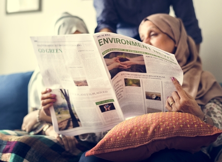 Muslim family reading the news Foto de archivo - 102861008