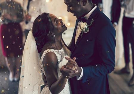 Bruid en bruidegom die hun eerste dans hebben Stockfoto