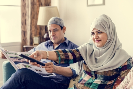 Muslim family watching tv at home Foto de archivo - 102862768